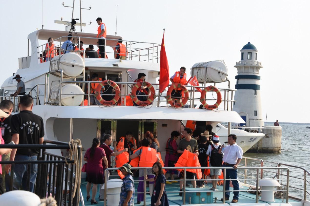 弘历公司组织黑卡学员乘坐游艇观光