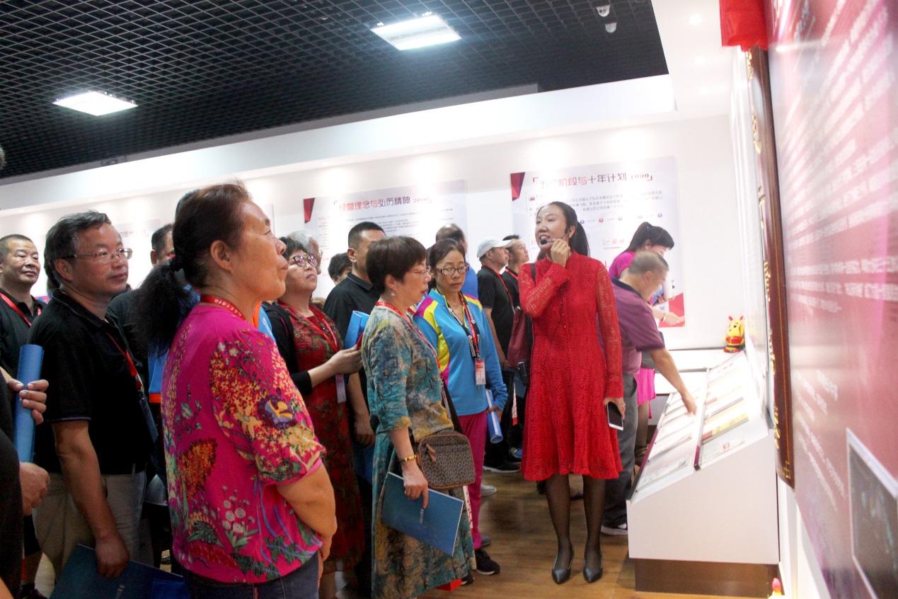 学员参观弘历公司20周年展览馆